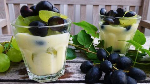 Weißweincreme auf Trauben